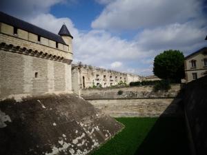 Vista do fosso e do muro(enceite que circunta toda a fortaleza