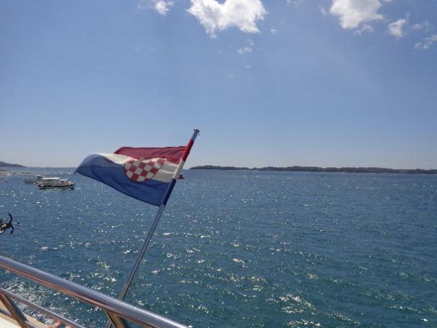 Vista da ilha Veliki Brujuni lá atrás