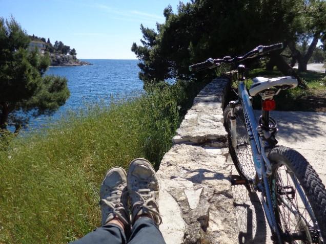 Eu, minha bike e uma pausa para descansar no paraíso.