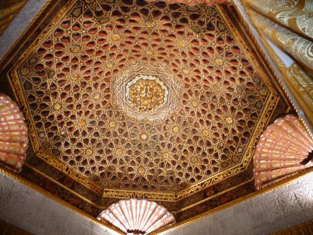 Salão oriental, teto oriundo do palácio dos duques de Maqueda, construído no século XV, em Toledo.
