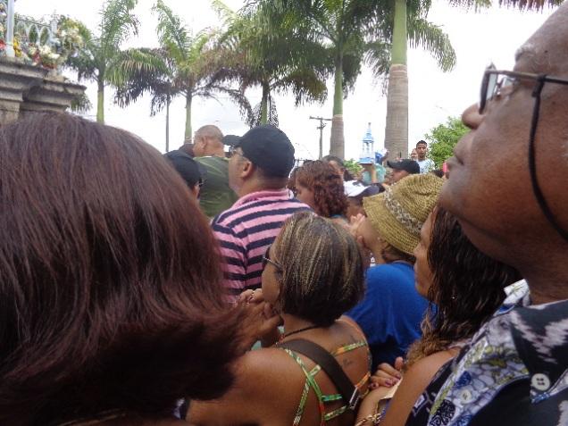 Multidão rezando aos pés de N. Sra. da Conceição.