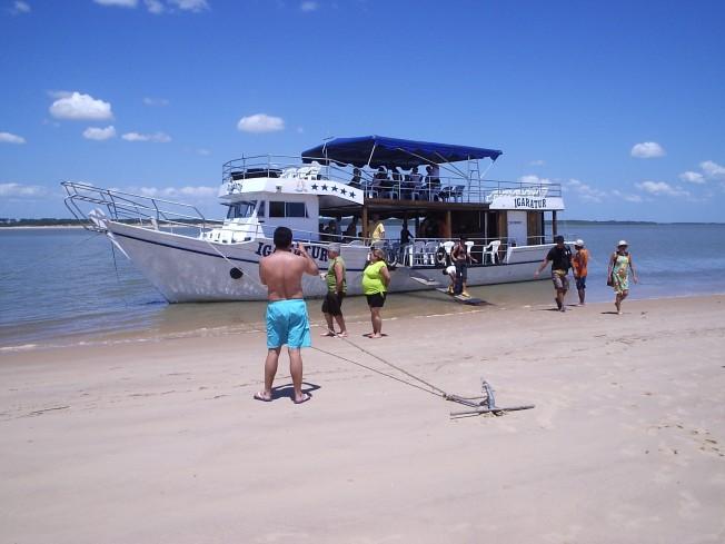 Barco atracado num banco de areia.
