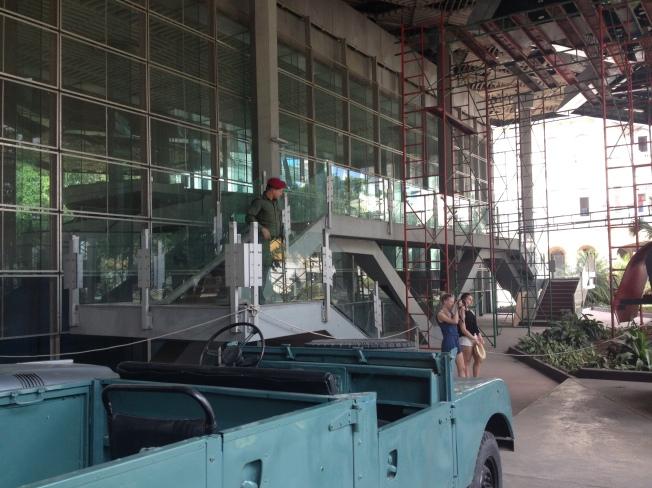 Vista do iate Granma por detrás da parede de vidro.