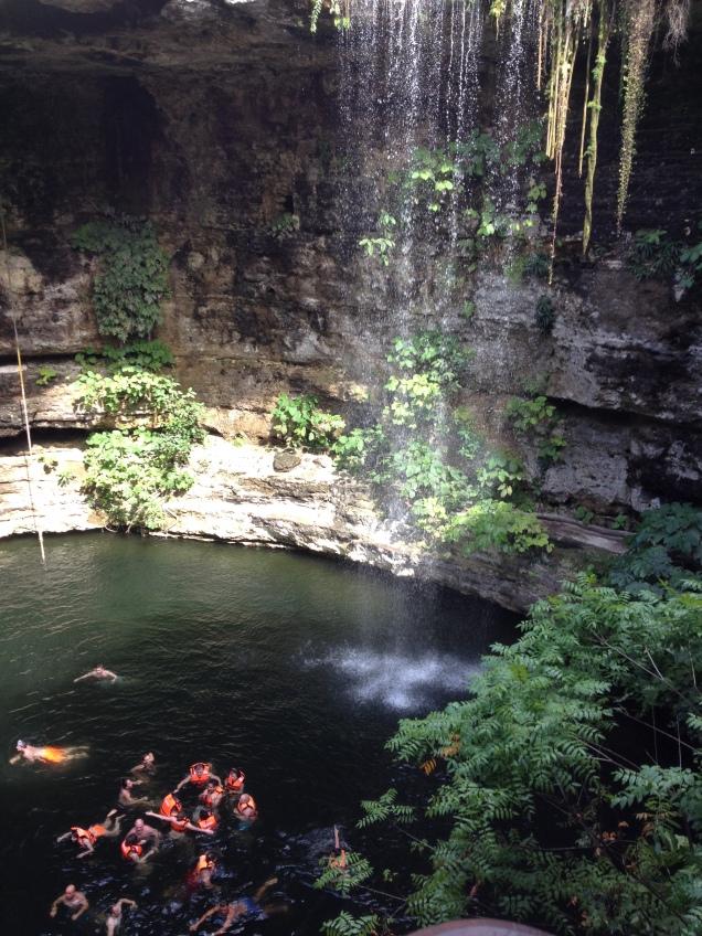 """Cenote Ik-Kil, mais conhecido como """"cenote sagrado azul"""""""