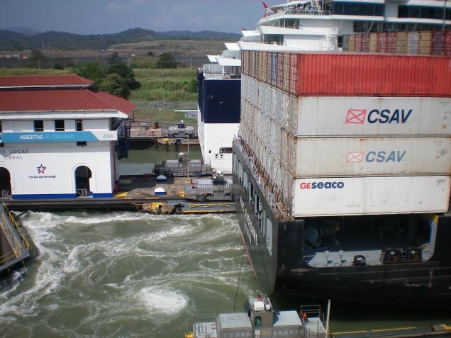Como se pode ver lá trás, dá para passar dois navios de cada vez.