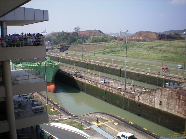 Do lado esquerdo da foto, dá para ver o terraço panorâmico e o navio se aproximando.
