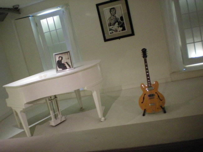 Guitarra e piano de John Lennon.